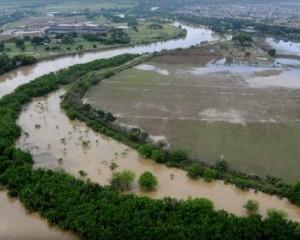Una mujer, aún no identificada, fue hallada sin vida en el río Cauca, autoridades investigan.