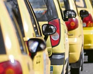 Taxistas están en desacuerdo con el nuevo decreto que exige que cuenten con seguridad social para prestar el servicio.