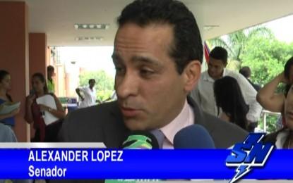 """""""Si hay alguien que tiene que reparar victimas es Uribe"""" Senador Alexander López"""