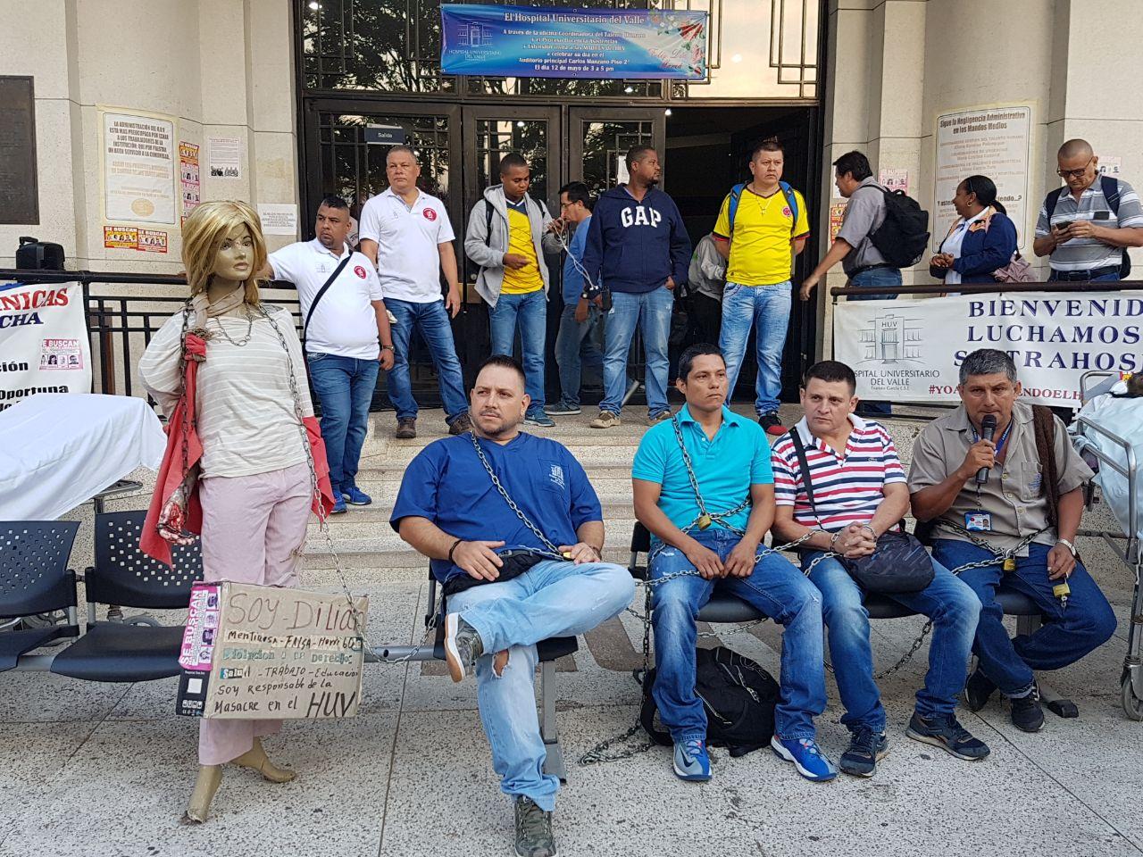 """Encadenados, empleados del HUV protestan por lo que denominan """"masacre laboral"""""""