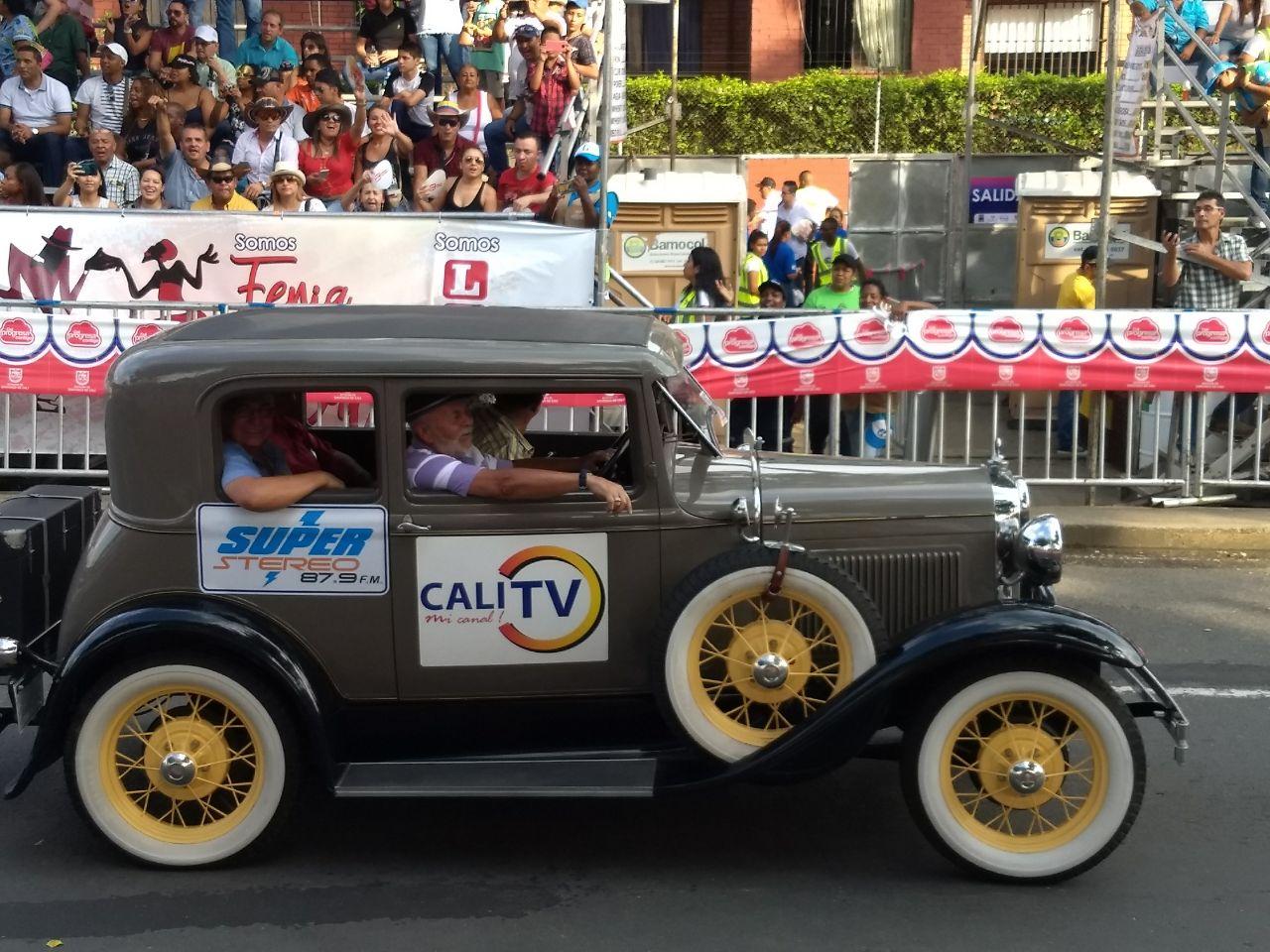 Así gozaron los caleños el desfile de autos clásicos en la feria 60
