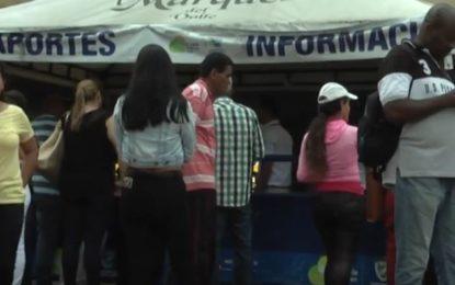Ciudadanos inconformes en la oficina de pasaportes de Cali