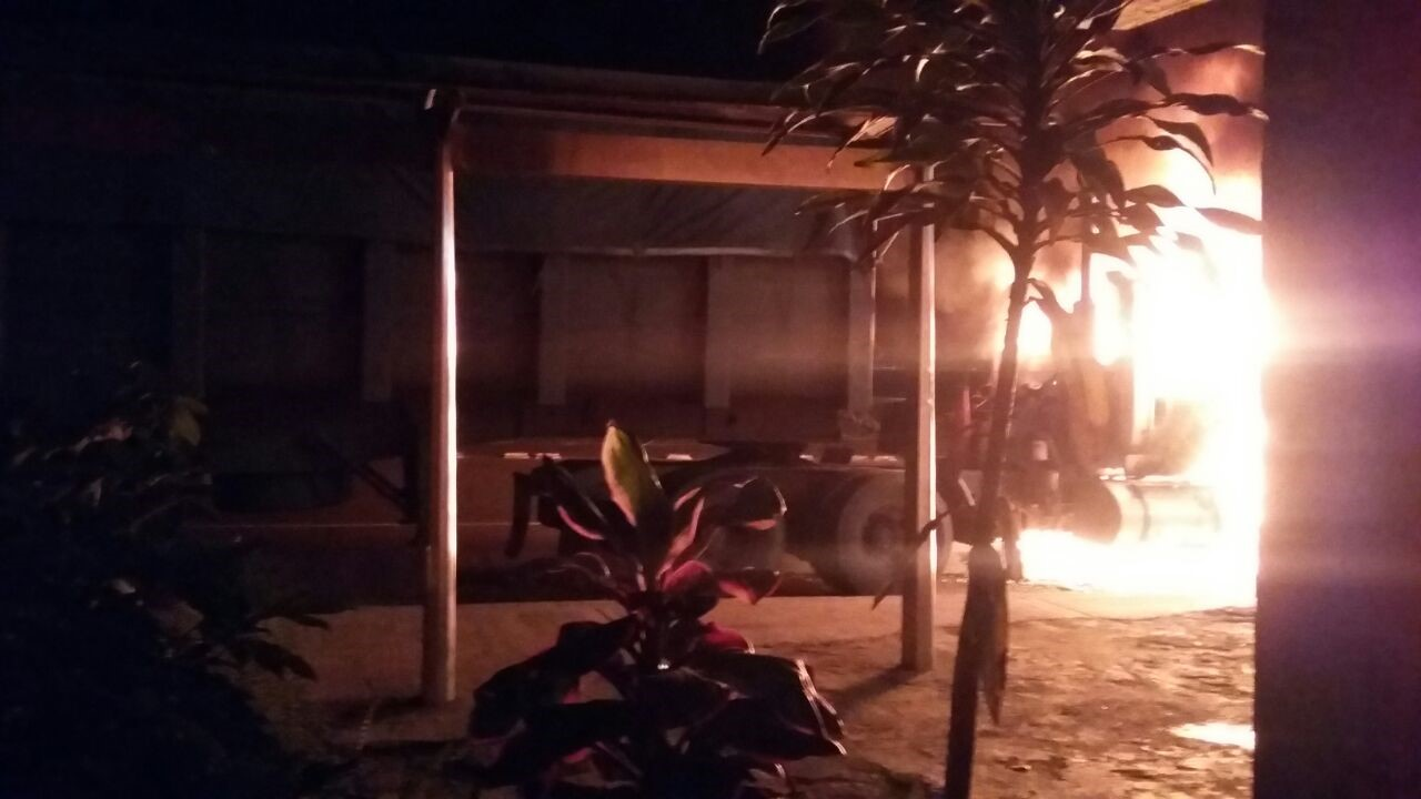 Presuntos miembros del ELN queman varios vehículos en vías del Valle