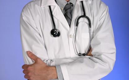 En Tuluá médicos se encadenaron por crisis económica