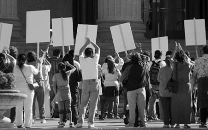 Educadores que dan clase pese al paro, fueron insultados y encerrados por otros profesores que se encuentran en huelga.