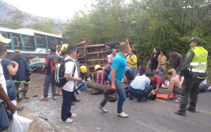 Varios heridos deja accidente entre guala y bus de estudiantes