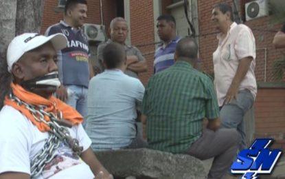Protesta «encadenado» conductor de Coomoepal por inmovilización de su vehículo
