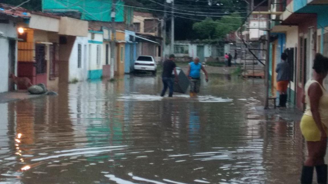 Habitantes de Puerto nuevo Juanchito, evacuados por inundaciones