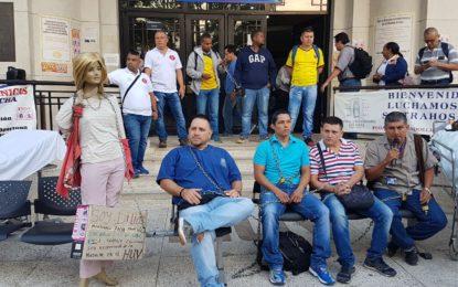 Encadenados, empleados del HUV protestan por lo que denominan «masacre laboral»
