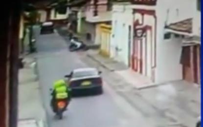 Video: Policías fueron arrollados por una camioneta en Buga