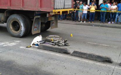 Habitante de calle murió arrollado por volqueta en el centro de Cali