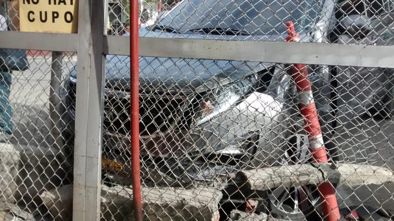 Buseta escolar colisiono contra parqueadero en el sur de Cali dejando varios heridos