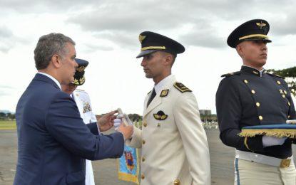 Cali presentó a 138 subtenientes de la Fuerza Aérea colombiana