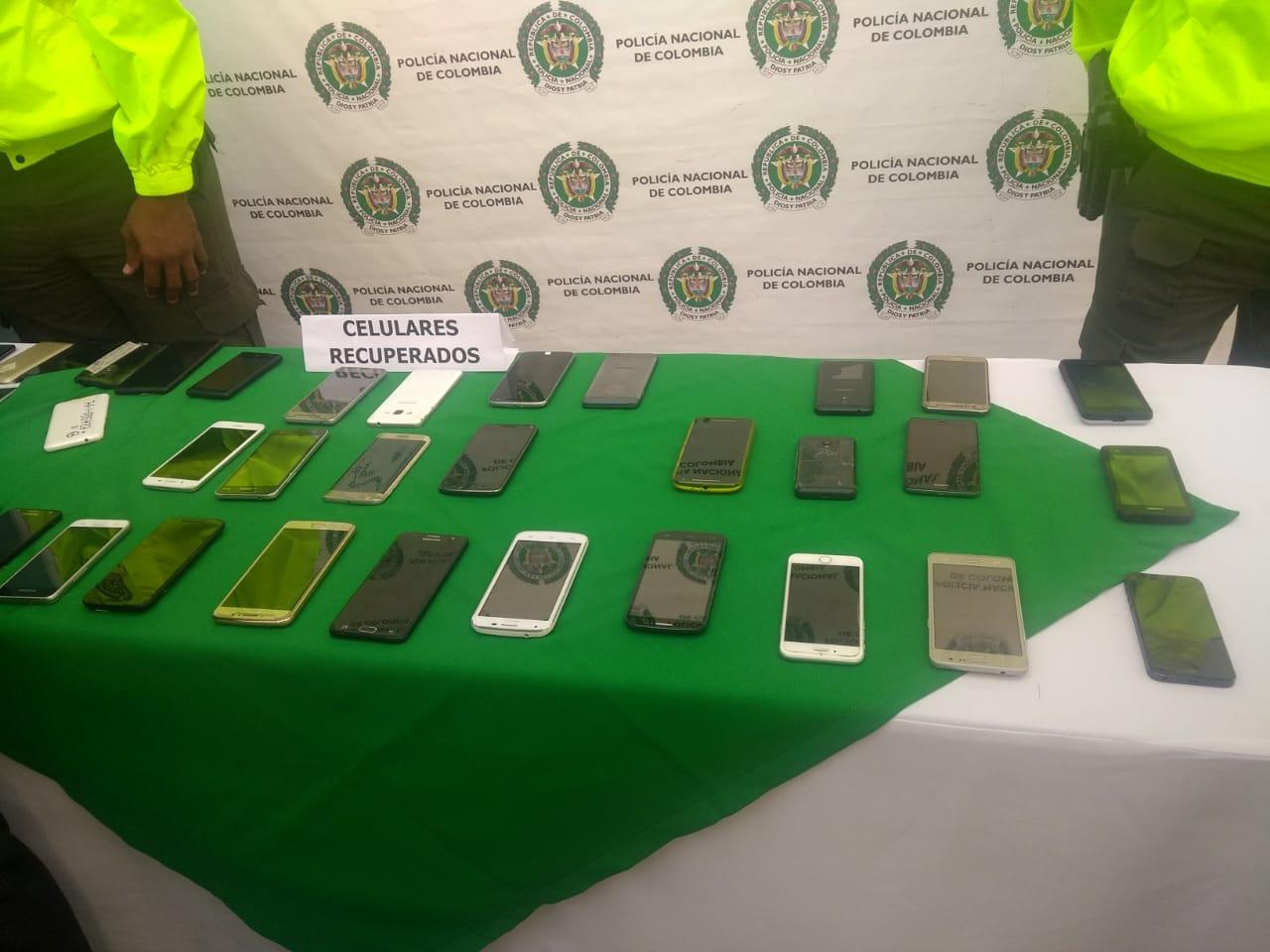 Autoridades entregan más de 50 celulares que habían sido robados a sus dueños en Cali