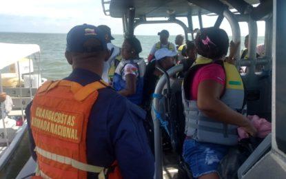 Rescatan 19 personas en embarcación a la deriva en el Pacifico colombiano