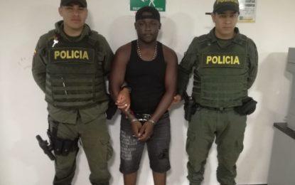 Secuestró a una familia en plena vía para robarla pero fue capturado