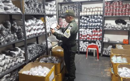 Incautación millonaria de zapatos de contrabando en Cali