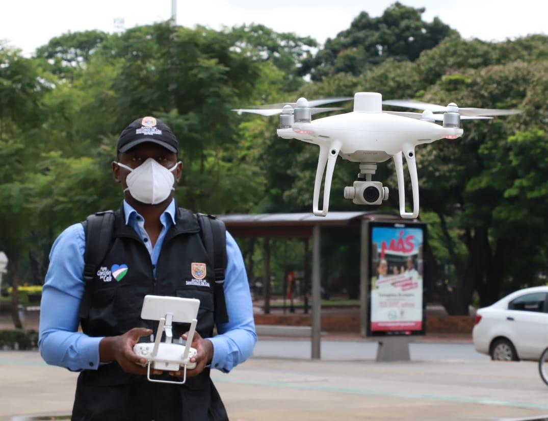Más de 12 drones estarán sobrevolando la ciudad para disminuir aglomeraciones.