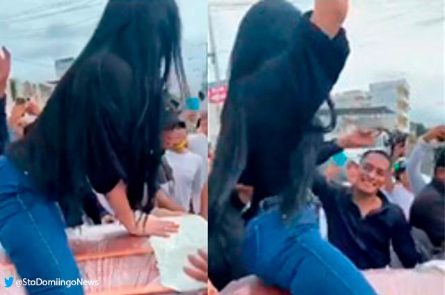 Viral: mujer baila encima del ataúd de su esposo y desata miles de comentarios