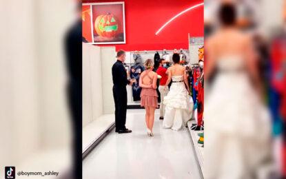 Con testigo y sacerdote mujer le llegó a su novio al trabajo para casarse