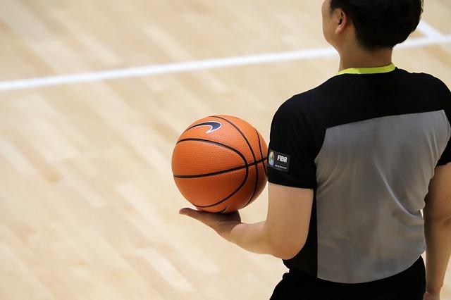 Por una falta jugador de baloncesto le propinó fuerte golpiza al árbitro