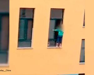 Vigilante salvó de la muerte a niño que se lanzó por la venta del  jardín infantil