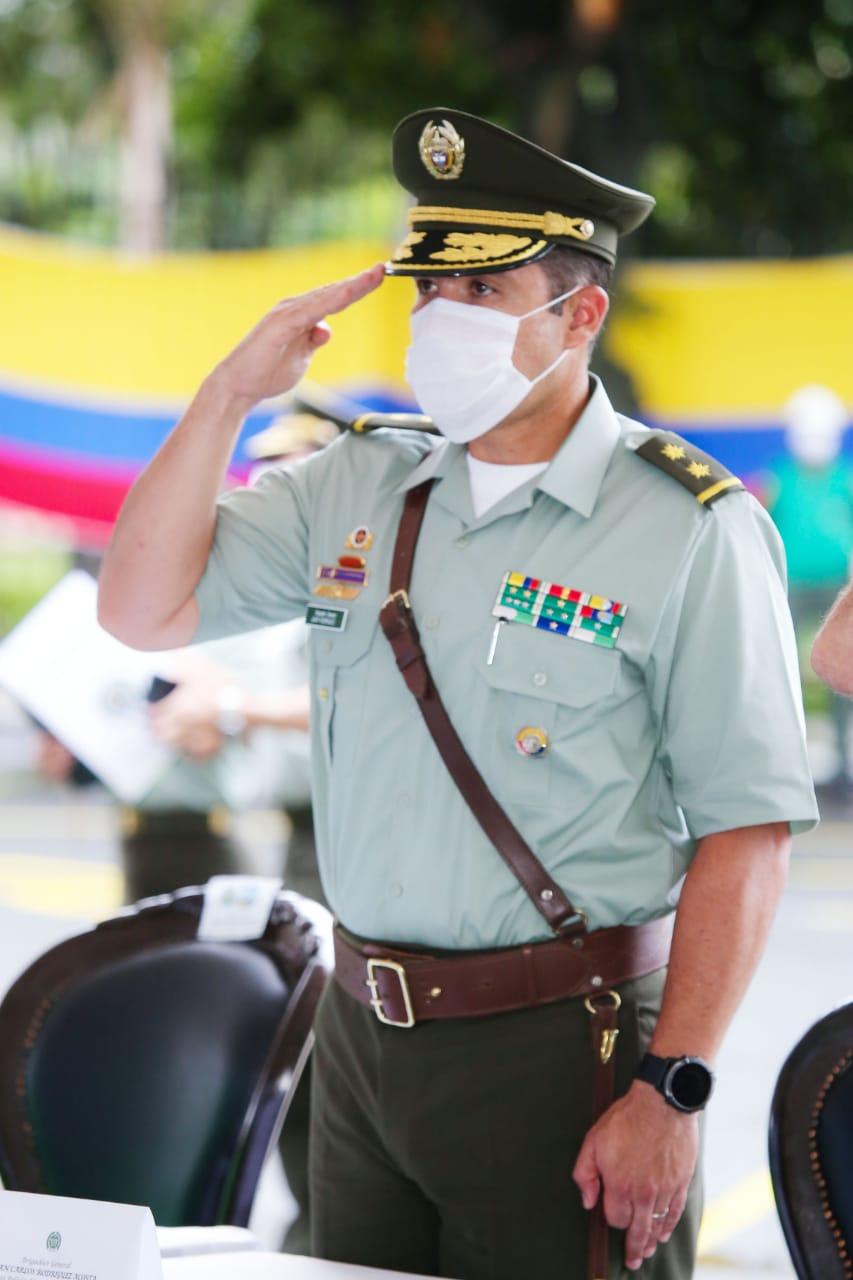 """""""Mi deseo es que a usted le vaya mejor"""" General Manuel Vásquez al entregar el comando de la Policía de Cali"""