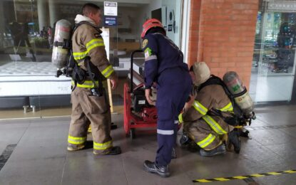 Incendio estructural en ´Chipichape´ afectó el techo de dos restaurantes