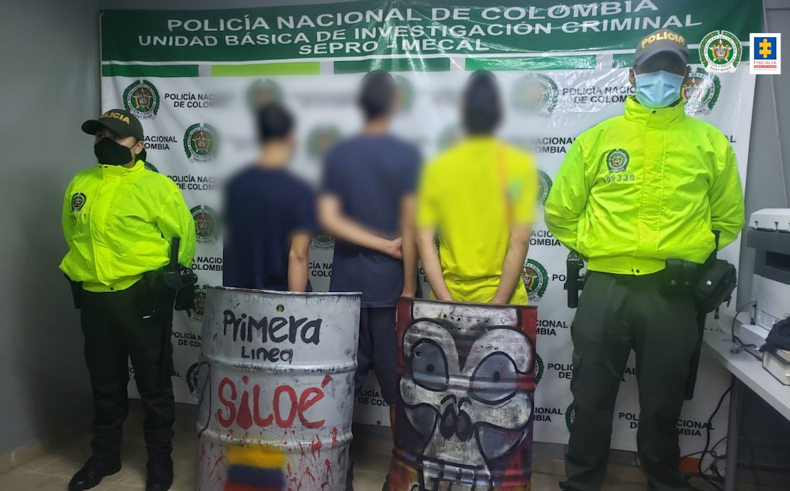 Medida de internamiento para tres menores que presuntamente participaron en ataque a estación de policía